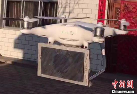 图为甘肃庆阳市庆城县十里坪村,一架无人机正准备起飞,向村民们宣传疫情防控措施。
