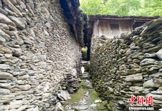 图为石头搭建的村落。
