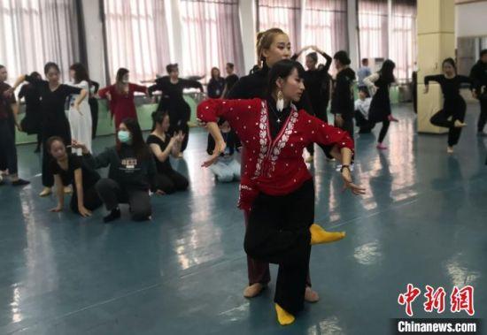 图为台湾大学生来到西北师范大学敦煌学院,学习和领悟敦煌舞的精髓。 (资料图) 丁思 摄