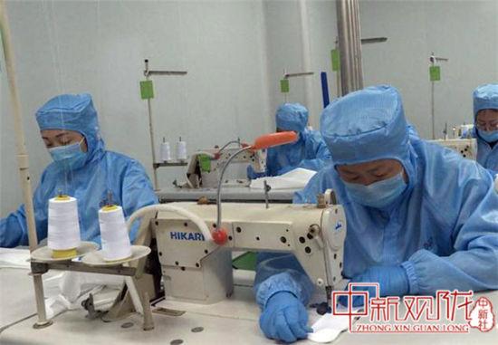 图为甘肃蓝康医疗器械科技有限公司医用口罩生产线。