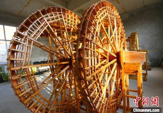 图为段怡村双手打造的黄河水车。