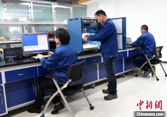 图为甘肃紫光智能交通与控制技术有限公司工作人员进行研发工作。受访者提供