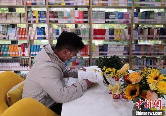 图为市民在智慧图书馆体验。