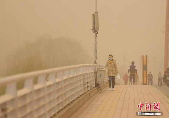 当天,兰州空气质量和能见度大幅降低。 高展 摄
