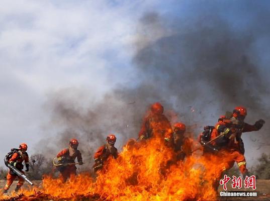 图为灭火装备操作的训练。