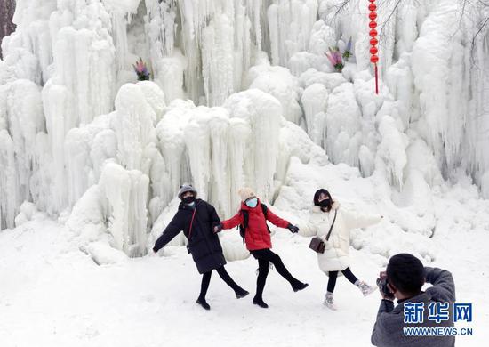 1月9日,游客在白桦林景区拍照。近日,甘肃省康乐县八松乡烈洼村打造的白桦林冰雪旅游项目开门迎客,迷人的冰雪世界吸引众多游客前来观赏游玩。新华社发(史有东 摄)