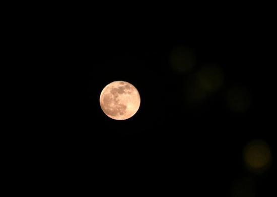 """甘肃敦煌:""""超级月亮""""映月泉"""