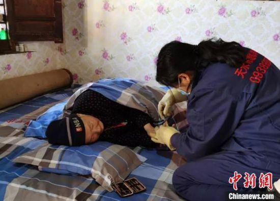 4月初以来,甘肃省天水市秦州区残联联合当地医院开展上门残疾评定、居家照护等专项助残服务。