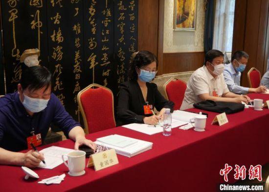 图为全国政协委员、中国科学院近代物理研究所研究员、博士生导师蔡晓红参加全国两会。