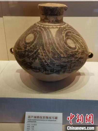 图为临洮县博物馆陈列半山类型的马家窑彩陶。 王在凯 摄