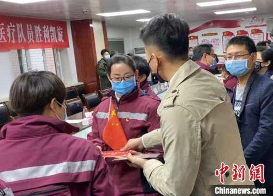 图为给驰援武汉的医护人员赠送定制的专属实名卡。受访者供图