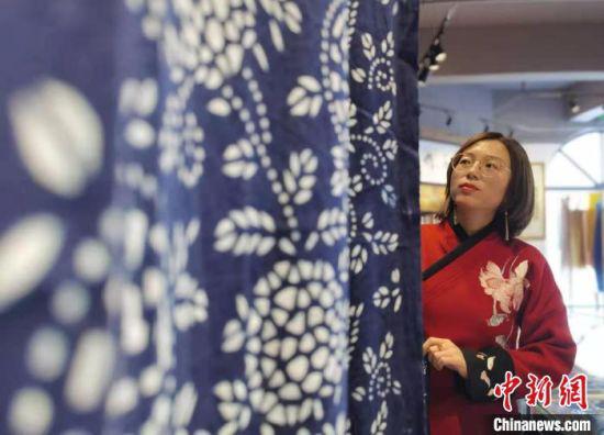 在甘肃省定西市安定区,绣娘祁辉以针线为笔、以布头为纸,倾力于扎染布艺。图为祁辉展示她的扎染布。 张婧 摄