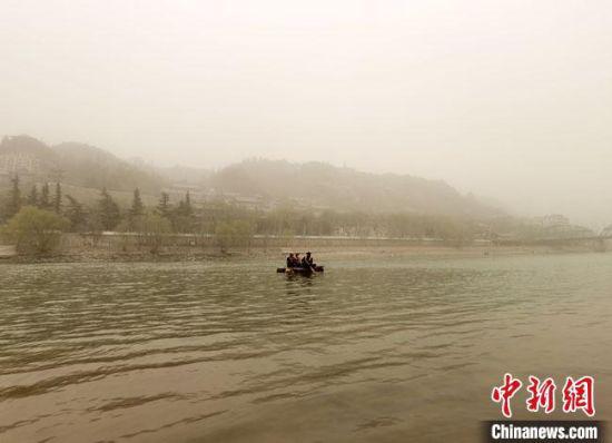 3月16日傍晚,黄河兰州段被沙尘笼罩,远山和建筑若隐若现。 冯志军 摄