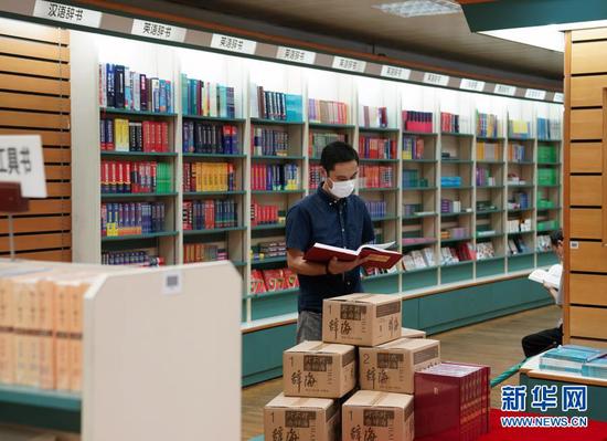 顾客在上海书城翻阅刚刚上架的《辞海》(第七版)(9月10日摄)。新华社记者 刘颖 摄