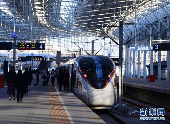 京张高铁列车停靠在北京北站(2020年12月30日摄)。新华社记者 张晨霖 摄