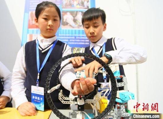 """3月27日、28日,""""第四届兰州市青少年机器人竞赛""""在兰州市第五十二中学举办。图为小选手制作的智能医护机器人。  高展 摄"""