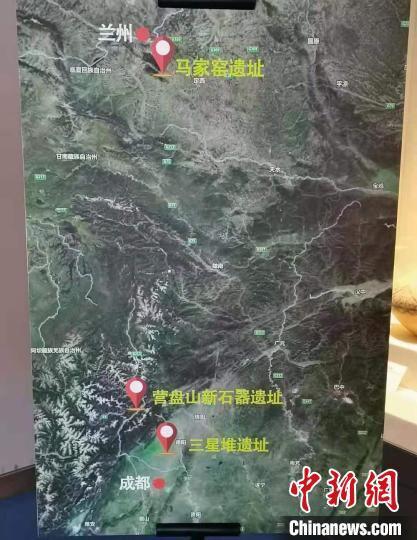 临洮县博物馆展示马家窑遗址与三星堆遗址地理位置图解说明。 王在凯 摄