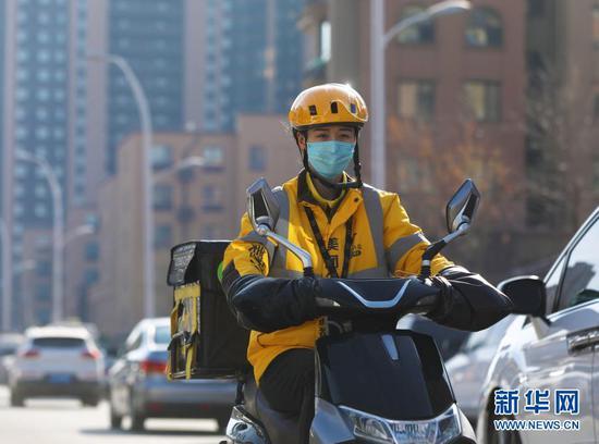 2月10日 ,美团专送骑手小月月在送餐。新华社记者 杨青摄