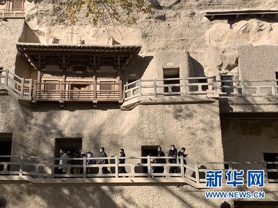 11月9日,游客在莫高窟参观。新华社记者 张玉洁 摄