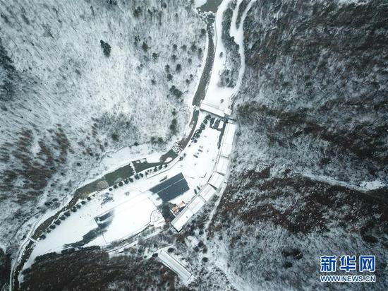 这是12月16日拍摄的官鹅沟雪景(无人机照片)。新华社记者 郎兵兵 摄