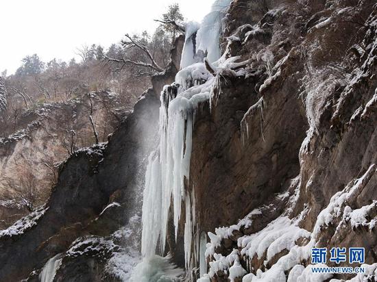 这是官鹅沟内的一处冰瀑(12月16日摄)。新华社记者 张百慧 摄