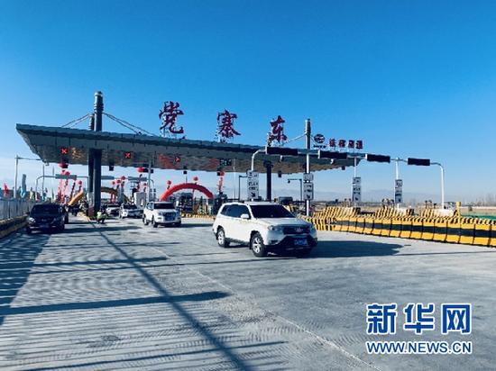 通车后,车辆从张掖至扁都口高速公路党寨东收费站驶过。新华社记者 李杰摄