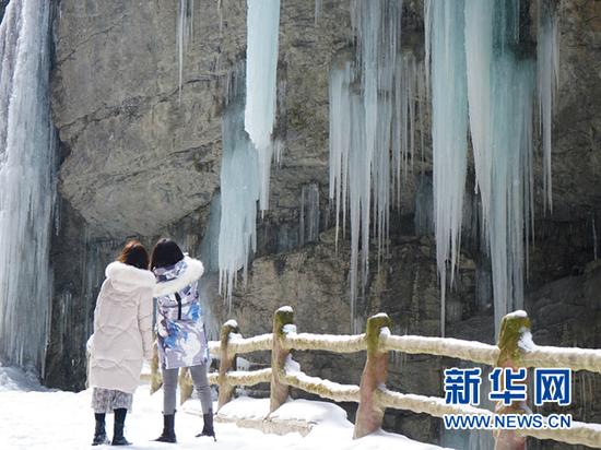 游客在官鹅沟大景区一处冰瀑前拍照。新华社记者 郎兵兵 摄