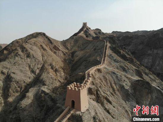 图为甘肃境内的嘉峪关悬壁长城。(资料图) 杨艳敏 摄