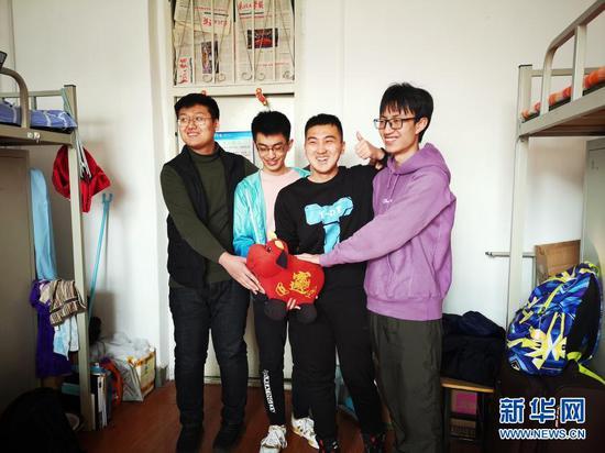 2月11日,东北大学大三学生曹澎骏(右二)和三位临时室友在宿舍过春节。新华社记者 王莹摄