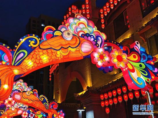 2月25日,拍摄于兰州老街的鲤鱼花灯。新华网发(宋昱静 摄)
