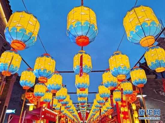 """2月25日,兰州老街内的灯笼已挂满灯谜,为元宵节当天的""""赏花灯·猜灯谜""""活动做好了准备。新华网发(宋昱静 摄)"""