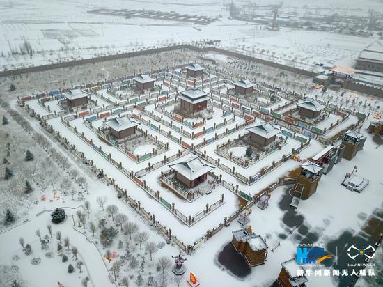 2月28日,甘肃省张掖市甘州区迎来了农历牛年的第一场降雪,大雪将九曲黄河灯阵装扮成童话世界,美不胜收。新华网发(成学磊 摄)