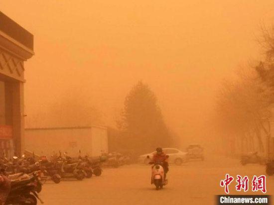 3月13日至15日,甘肃酒泉市金塔县持续出现大风、沙尘暴天气,严重影响公众出行。 杨璐 摄