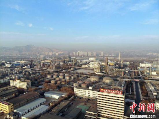 近日,中国石油兰州石化公司厂区。 杨艳敏 摄