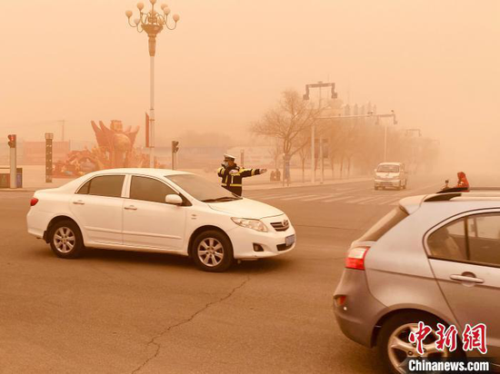 图为3月15日阿拉善右旗遭遇强沙尘暴天气,最低能见度不足10米。 石斌 摄