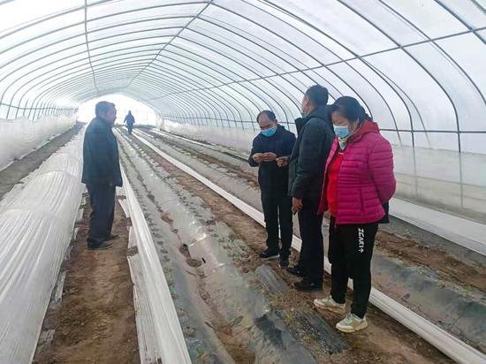 敦煌市农技人员深入农户大棚开展现场指导培训