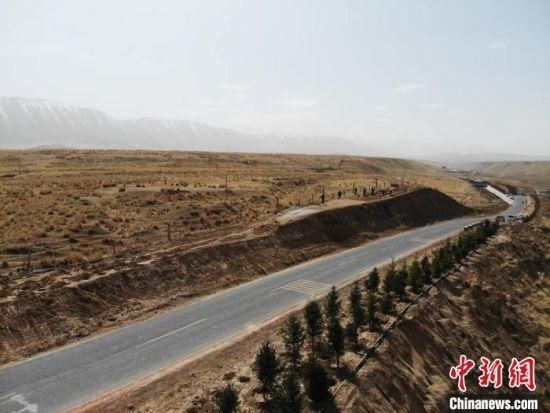 4月中旬,祁连山下的甘肃肃南裕固族自治县进行春季大规模植树活动。
