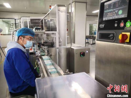 图为甘肃陇神戎发药业股份有限公司药品生产包装车间。