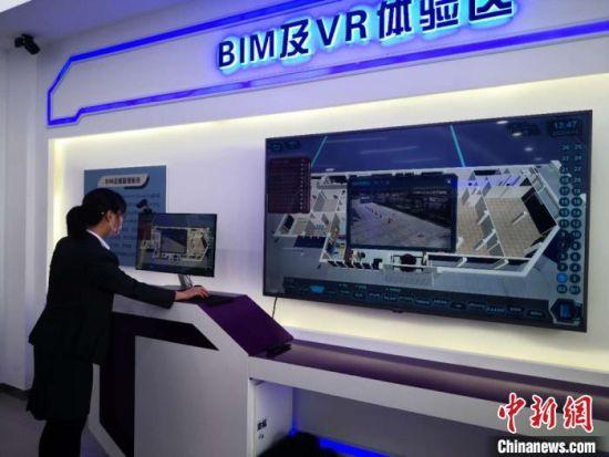 5月14日,甘肃紫光智能交通与控制技术有限公司工作人员演示紫光科技。