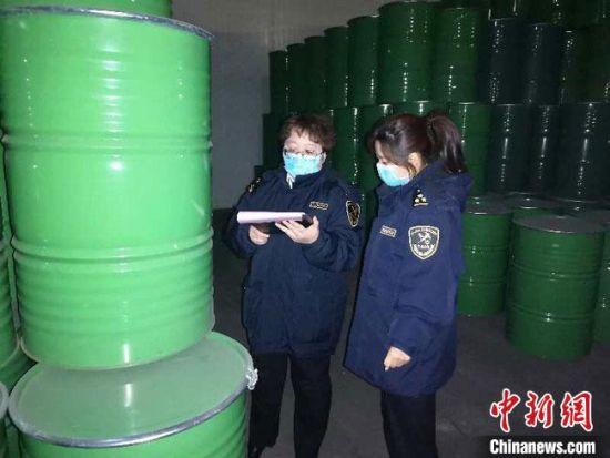 图为兰州海关工作人员对出口产品进行抽检。兰州海关供图