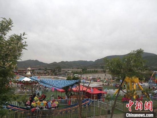 """6月1日,浪街村成为喧嚣嘈杂的""""游乐场""""。"""