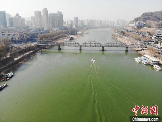 """图为黄河兰州段,河水清澈,众多候鸟嬉戏觅食;从高空俯视,在阳光的作用下,黄河更是呈现出""""翠绿""""之色。(资料图) 杨艳敏 摄"""