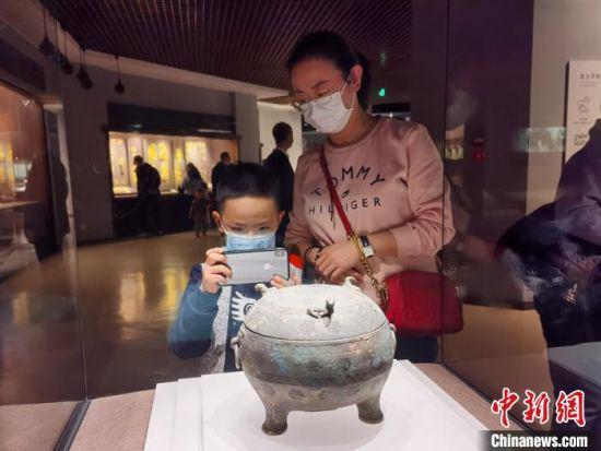 2月17日,甘肃省博物馆迎来春节7天假期中的最后一波游客。图为当地民众在展厅参观。 张婧 摄