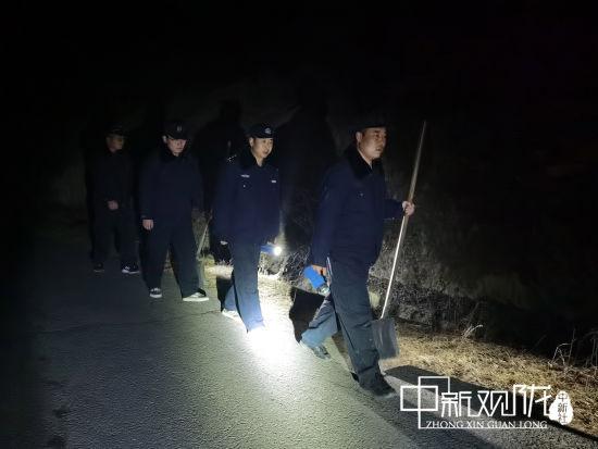 除夕之夜,镇原油田保安大队一中队5人巡线小组,正在徒步巡线。