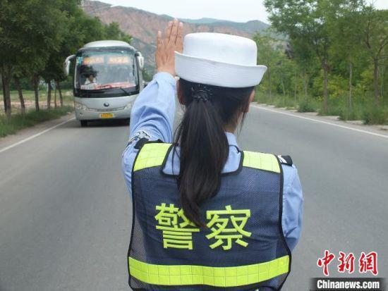 图为甘肃交警进行路面巡查。(资料图) 史静静 摄