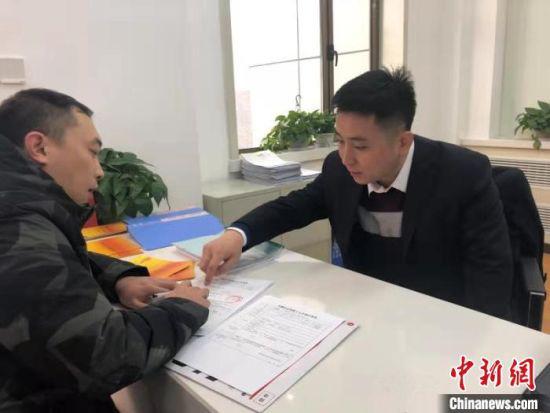 甘肃省退役军人事务厅工作人员正在引导退役军人填表格。(资料图)甘肃省退役军人事务厅供图