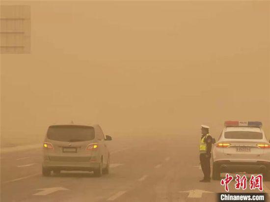 图为3月15日,甘肃嘉峪关市交警大队增加多个巡逻组,对过往车辆进行安全行车提醒。 胡广信