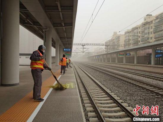 3月16日,因沙尘天气甘肃河西地区铁路客流骤增,兰州局对候车室、售票厅等场所的卫生加大清扫频次。 王喜栋 摄