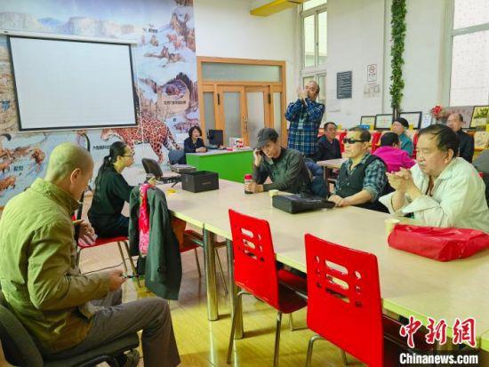 甘肃省盲文及盲人有声读物阅览室内歌声嘹亮,盲人进行才艺展示。 高康迪 摄