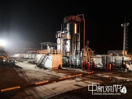 轻烃厂正在对无水氯化钙脱水装置安装前期安装工作进行连夜准备。